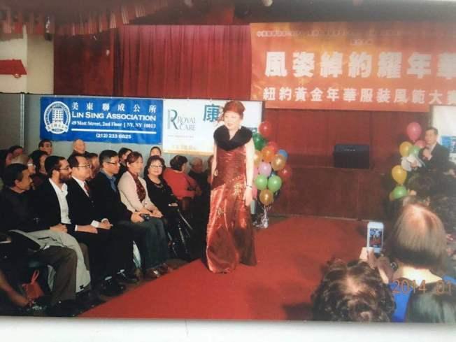 李超梅(台上表演者)喜歡跳舞和表演,丈夫黃銘智是忠實觀眾。(李超梅提供)