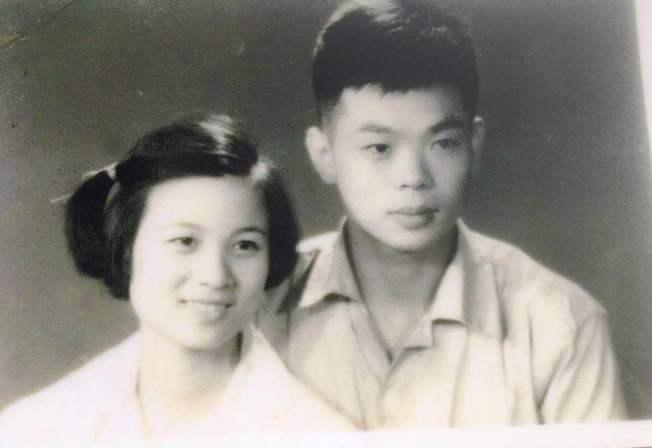 黃銘智(右)60年前遇見李超梅(左)時一見鍾情。(李超梅提供)