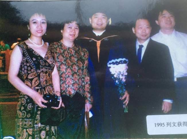 黃銘智(左二)和妻子李超梅(右二),參加兒子的畢業典禮。(圖:李超梅提供)
