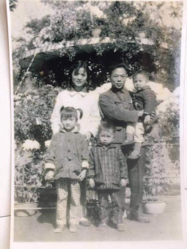 黃銘智(後排右)和李超梅(中)結婚後,生育了三個孩子。(圖:李超梅提供)