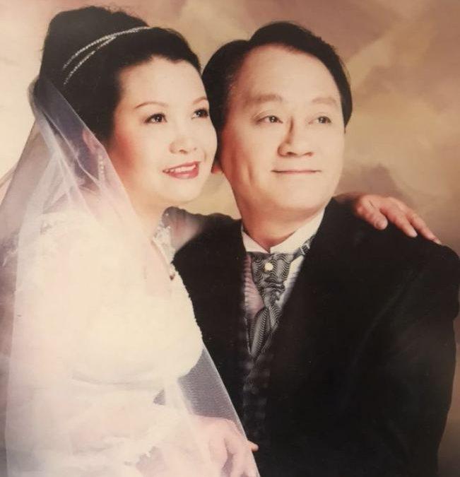廖桂興(左)和何錦柏(右)雖然生活不富裕,但感情很甜蜜。(圖:何錦柏提供)