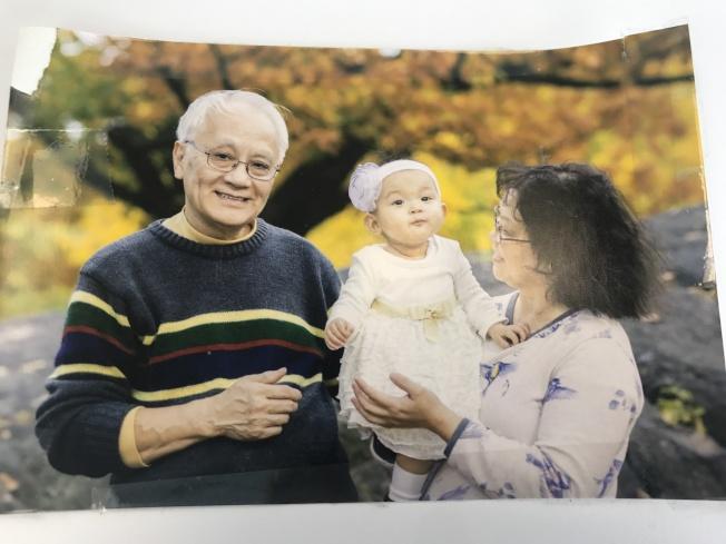 廖桂興(右)和何錦柏(左)現有一雙孫子、孫女,表示幸福生活就要來了。(記者牟蘭/翻攝)
