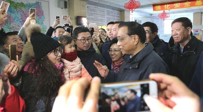 李克強12日到吉林省白城市鎮賚縣長途汽車站,考察當地人口流入流出情況。(取材自中國政府網)