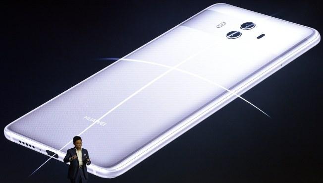 去年10月華為在德國推出Mate 10手機系列。(歐新社)