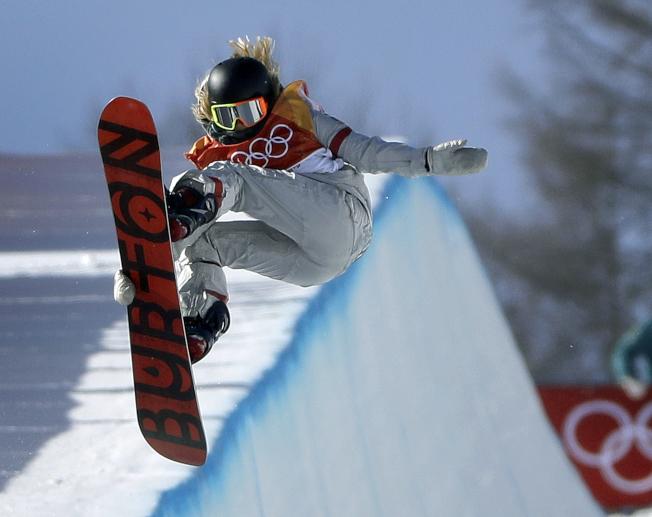 17歲的美國隊韓裔選手金善在女子單板滑雪半管賽項目獲得金牌,成為史上最年輕鑲金選手。(美聯社)