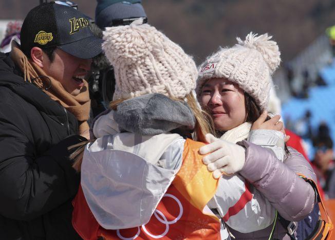 17歲的美國隊韓裔選手金善(Chloe Kim)在女子單板滑雪半管賽項目獲得金牌,她的父母在場分享她的榮譽,克羅伊的母親高興的抱著她。(路透)