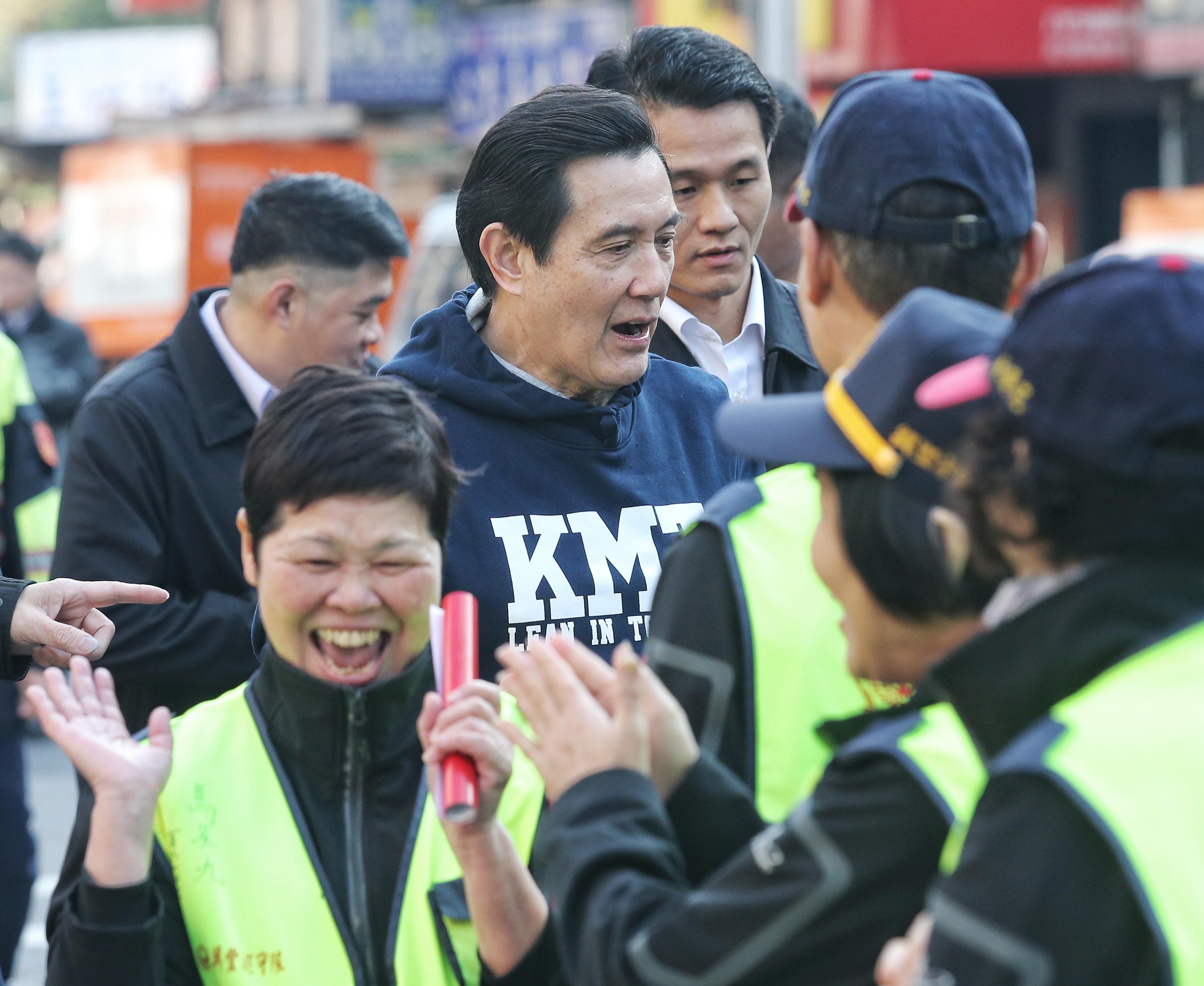 前總統馬英九今天到興隆市場買年菜、發春聯。(記者鄭清元/攝影)