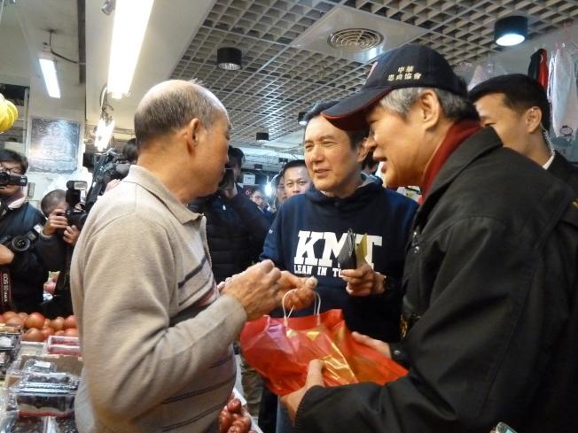 前總統馬英九今上午依慣例,在大姐馬以南、國民黨發言人鍾沛君陪同下,前往住家旁興隆市場採買年夜菜。(記者周志豪/攝影)
