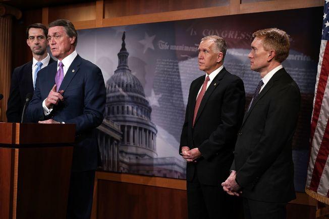 國會參院共和黨議員普度(左起)、寇頓、提里斯及蘭克福說明他們對移民法案的態度。(Getty Images)