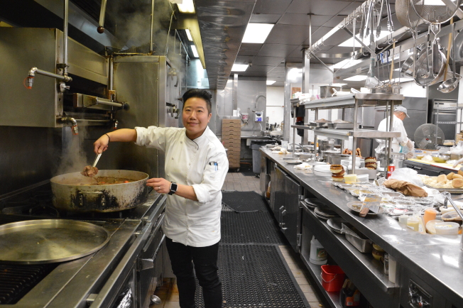 女大廚金敬雯今年情人節將為戀人和母親烹煮美食。(記者牟蘭/攝影)