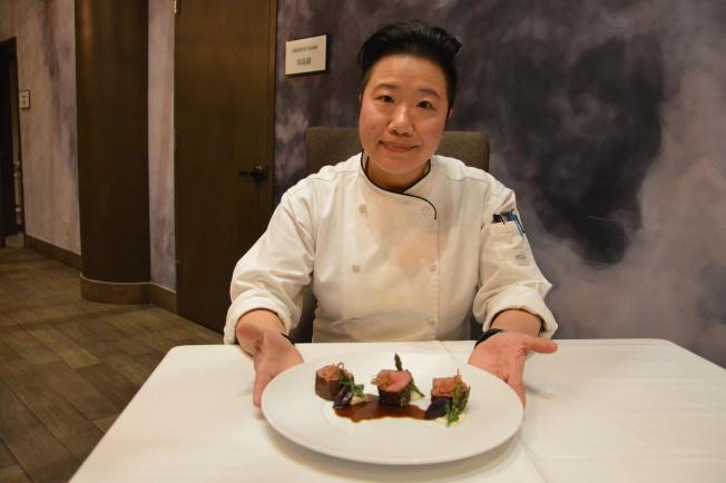 女大廚金敬雯(看鏡頭者)今年情人節將為戀人和母親烹煮美食。(記者牟蘭/攝影)