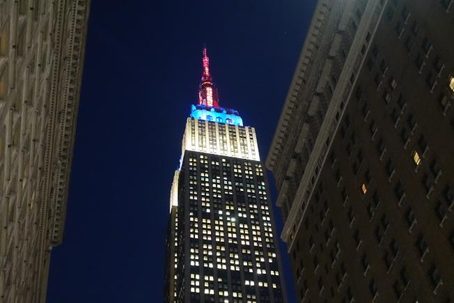 帝國大廈紅藍白相間燈光。(記者金春香/攝影)