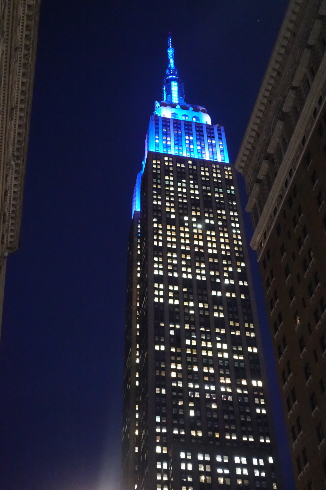 帝國大廈藍色燈光。(記者金春香/攝影)