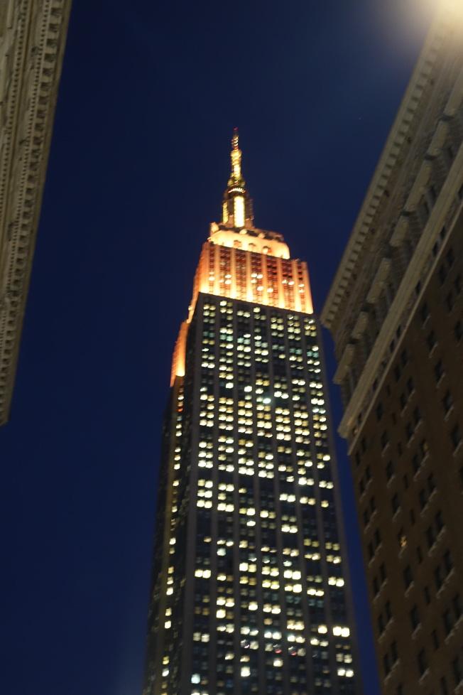 帝國大廈黃色燈光。(記者金春香/攝影)