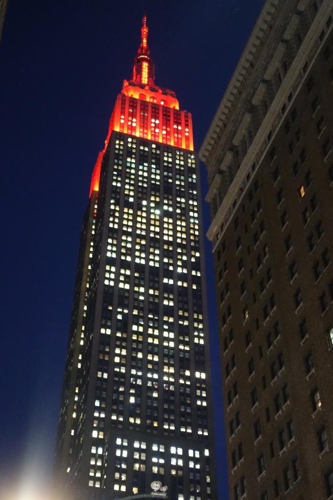 帝國大廈紅色燈光。(記者金春香/攝影)