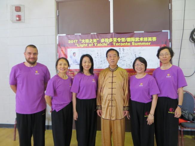 王錤(左三)率聖路易學員參加「太極之光夏令營」,與宗師陳正雷(左四)合影。(周密提供)