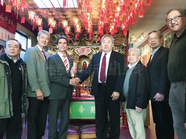 里諾(左三)到華埠關帝廟上香求籤,支持他的僑領陪同。(記者李秀蘭/攝影)