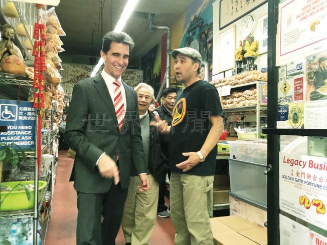 里諾(左)到訪華埠著名的金門籤語餅店,餅店老闆陳展明(右)喜見里諾。(記者李秀蘭/攝影)