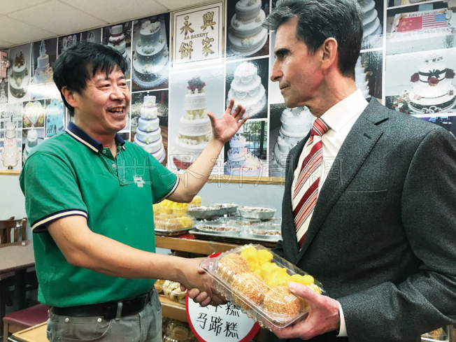 里諾(右)訪永興餅家,買了糕點,老闆陳永興(左)談及經營小商業的困難。(記者李秀蘭/攝影)