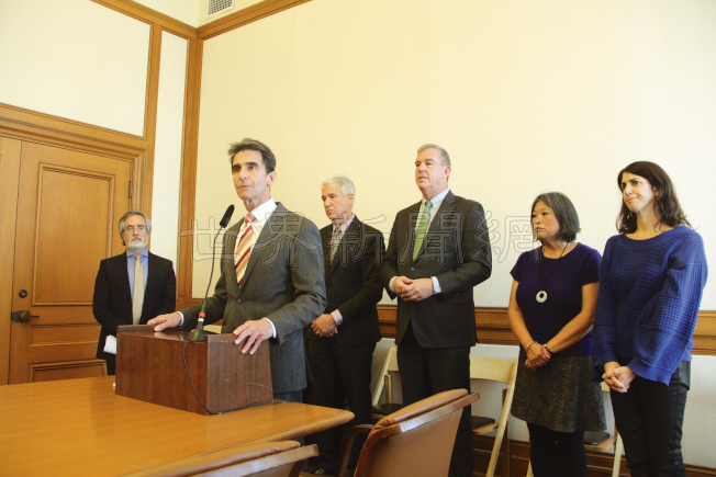 多名市政官員,以及市長候選人里諾(演講者)支持大額捐款人的透明化。(記者李╱攝影)