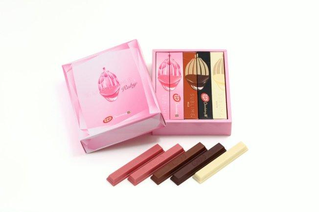 日本Kitkat藉由情人節,大推全新粉紅色的紅寶巧克力,吸引不少女性顧客上門。Kitkat官方推特
