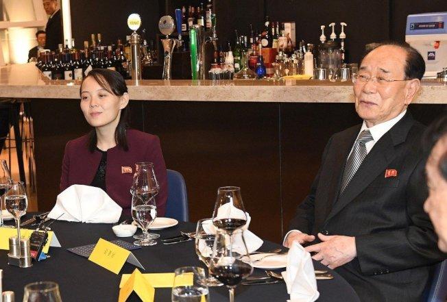金與正出席冬奧出盡鋒頭,受到關注與好評。不過學者認為,北韓試圖挑撥美與南韓的關係,並未奏效。圖為金與正(左)出任特使,與最高人民會議常任委員會委員長金永南(右)搭專機南下訪問南韓。中央社
