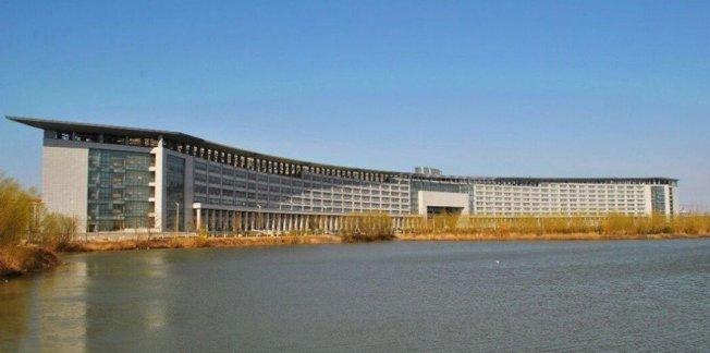 中國大陸河南中醫藥大學龍子湖校區僅有一棟教學樓,堪稱「亞洲第一長教學樓」。 圖擷自huadu001.com