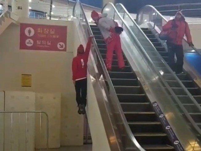 參加南韓平昌冬奧的瑞士滑雪隊12日在該隊IG帳戶貼出搞笑影片,趣稱「韓式搭手扶梯法」。擷自IG@swissfreeski影音(危險動作,請勿模仿)