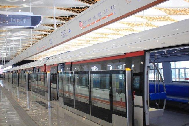 城際大眾交通運輸系統是大陸基礎建設重點,除傳統地鐵外,磁浮是新競爭領域。北京2017年底開通的中低速磁浮S1號示範線,即是為搶占中國城市交通商機預作準備。圖為北京磁浮列車進站。 中央社