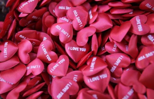 在情人節這天,世界各地會用不同方式慶祝這個特別的節日,或向心儀對象表達愛意。(路透)