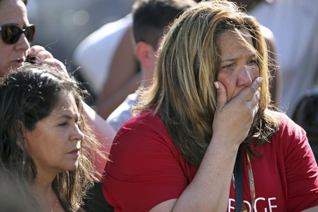 佛羅里達州帕克藍德(Parkland)驚傳校園槍擊案,現場民眾驚慌難過。(美聯社)