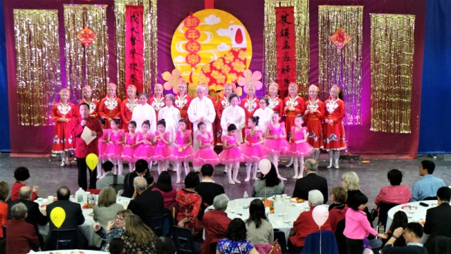 「三代同樂迎新春」的孩子、長者、辣媽在分別表演歌舞、太極劍、民族舞之後,相互拜年並發紅包。(記者唐嘉麗/攝影)