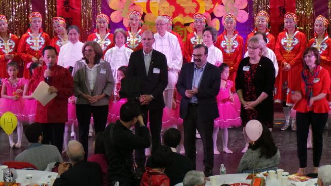 晚會主席王華(前左起)介紹當晚來賓:州參議員Cindy Friedman、鎮經理 Carl Valente、學校委員會主席 Sandro Alessandrini 、鎮行政委員主席Suzie Barry、新學校總監 Julie Hackett 。(記者唐嘉麗/攝影)