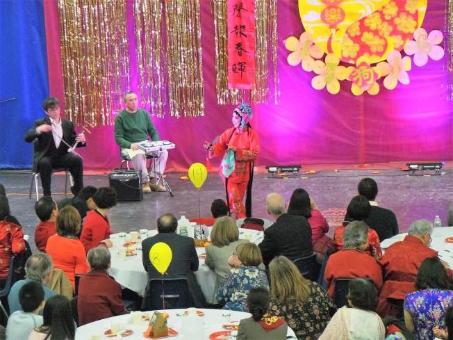 波士頓京劇協會成員李曉玲演唱京劇「賣水」。(記者唐嘉麗/攝影)