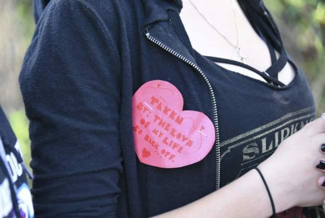 槍案當天正是情人節,歡悅的心變成哀悼的心。(Getty Images)