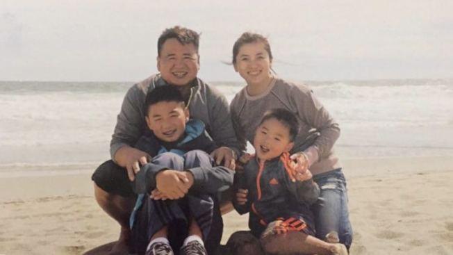 黃哲龍(後排左)、李香今(後排右)和兩個孩子,曾經幸福的一家將面臨骨肉分離。(李香今提供)