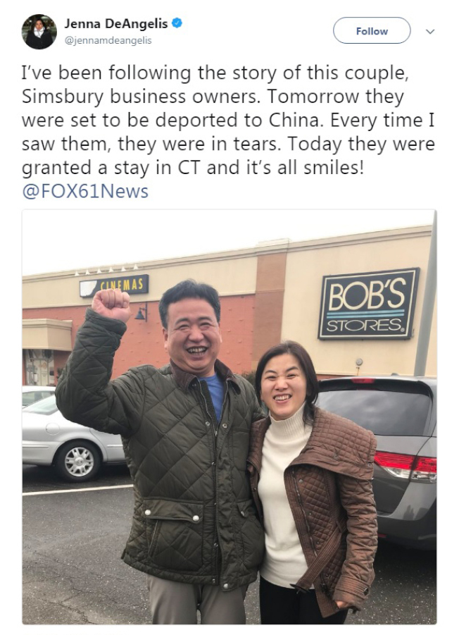 康州FOX電視台追蹤報導黃哲龍和李香今移民案的記者,15日下午在推特分享二人遞解叫停的好消息。(推特截圖)
