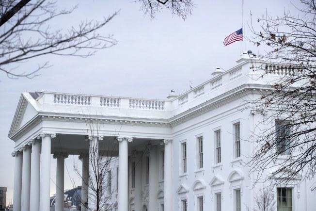 川普總統15日下令美國大使館、政府大樓和軍事設施等降半旗,向佛羅里達州14日發生校園槍擊案的罹難者表示哀悼。他並呼籲全國團結一致,「以愛回應仇恨,以仁慈回應殘酷」。圖為白宮降半旗。(美聯社)