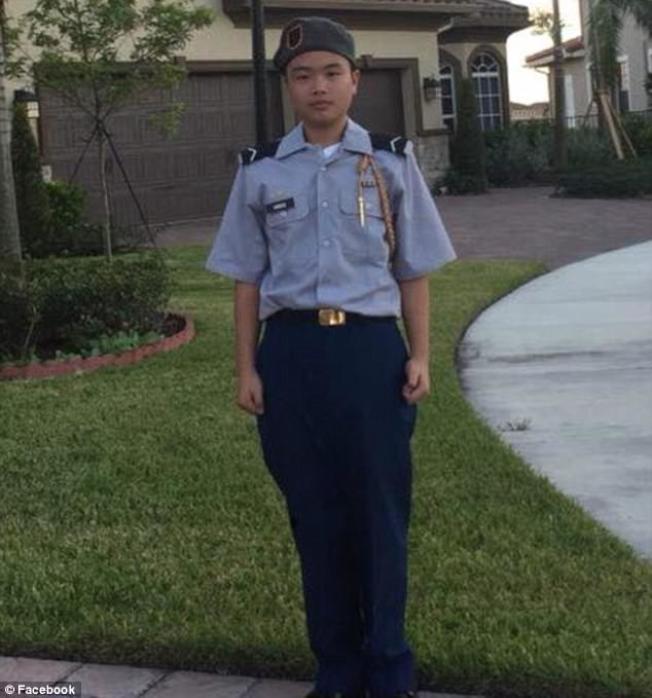 14日罹難的道格拉斯高中華裔學生王彼得是學校「初級預備軍官訓練團」的成員,他頂住門讓同學逃出,自己卻中槍不治。(圖截自臉書)