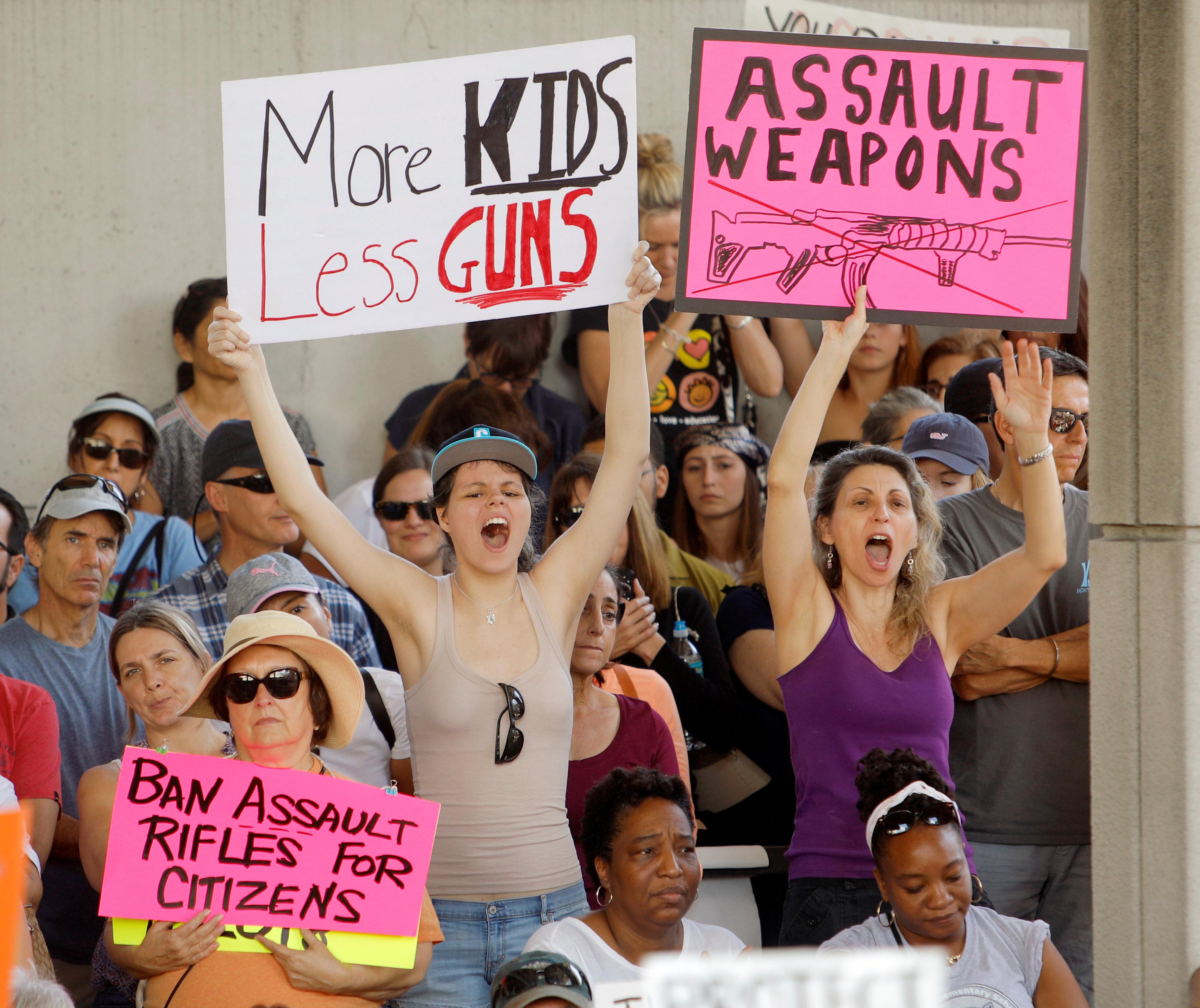 佛州校園慘案發生三天後,大批民眾集會要求改革政策,禁止攻擊性武器。(路透)