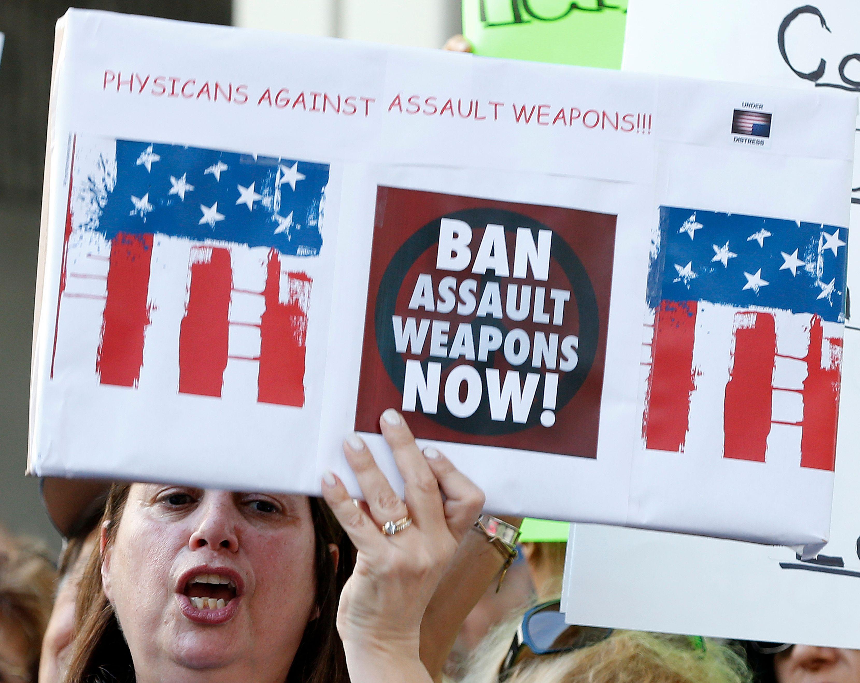 一名示威者要求「立即禁止攻擊性武器」。(Getty Images)