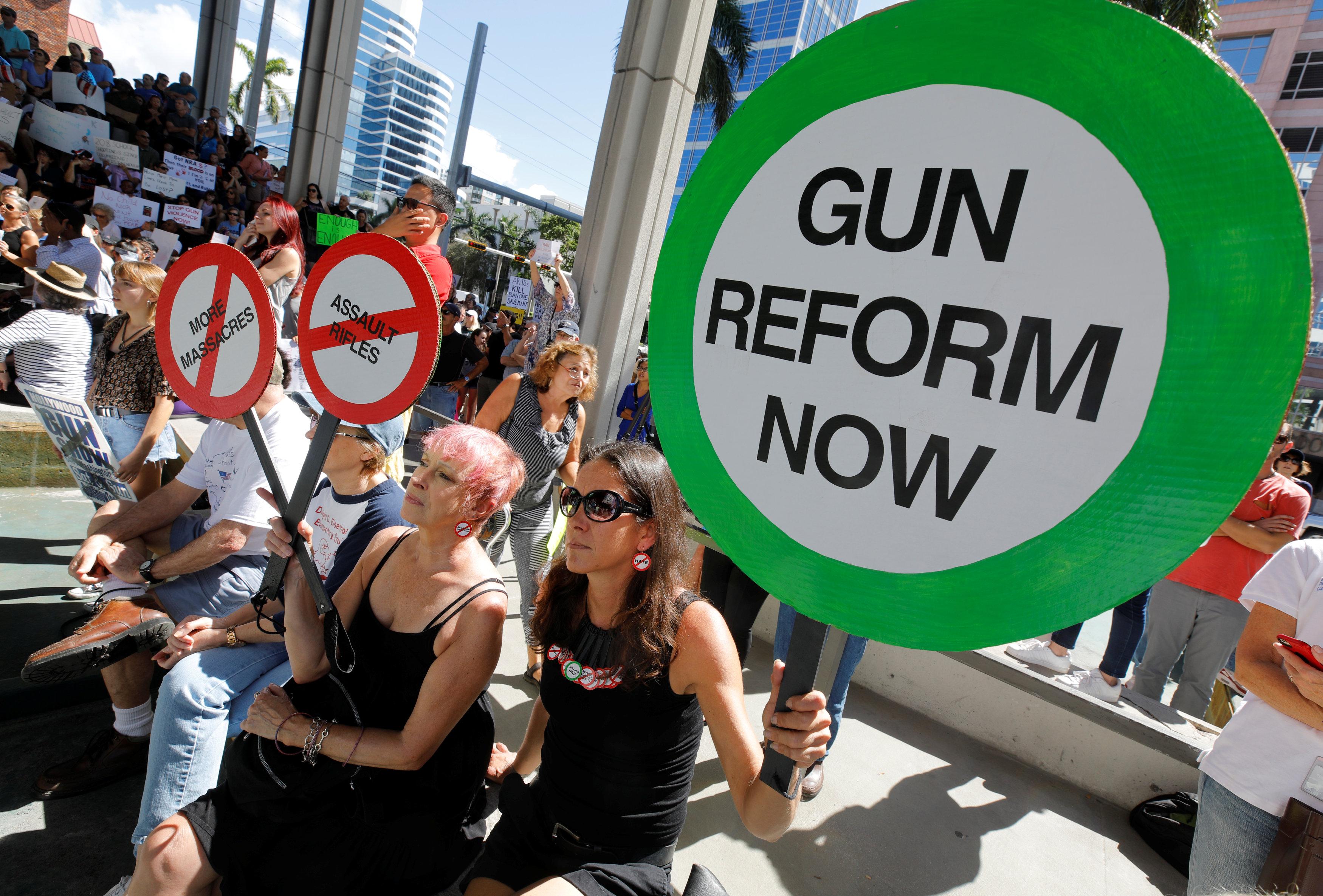 在佛州布羅瓦郡舉行的反槍集會,示威者要求立即進行槍枝政策改革。(路透)