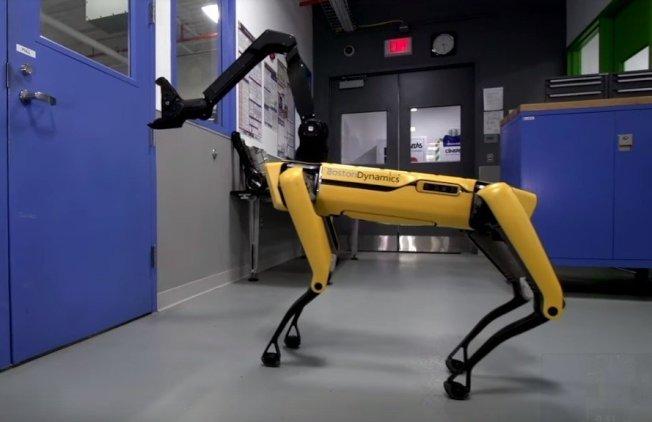 搭配機械手臂,新版四足機器狗「SpotMini」能自己開門,即使碰到阻撓也不放棄。波士頓動力Youtube