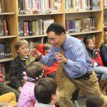 華裔作家 為兒童講狗年生肖故事