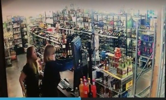 歹徒持散彈槍進入商店搶劫現金離開又突然返回,驚慌業主母女開槍自保,與歹徒搏命。圖/Tulsa World