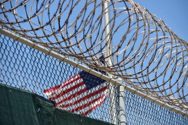 美國在古巴關達納摩灣拘留設施裝設的鐵絲網。(Getty Images)