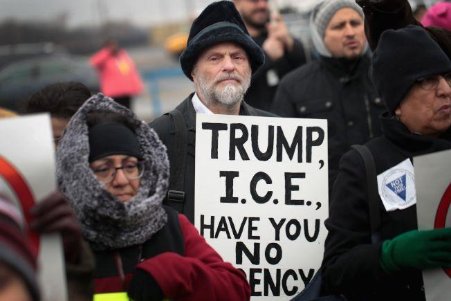 示威者在芝加哥機場手持標語稱「川普與ICE不通情理」。(Getty Images)