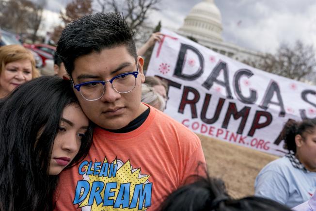 DACA支持者在國會前要求維權。(美聯社)