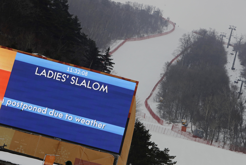 由於強風擾亂平昌冬奧,江陵奧林匹克公園今天暫停遊客入內,同時一些滑雪和冬季兩項賽事也被迫延後舉行。美聯社