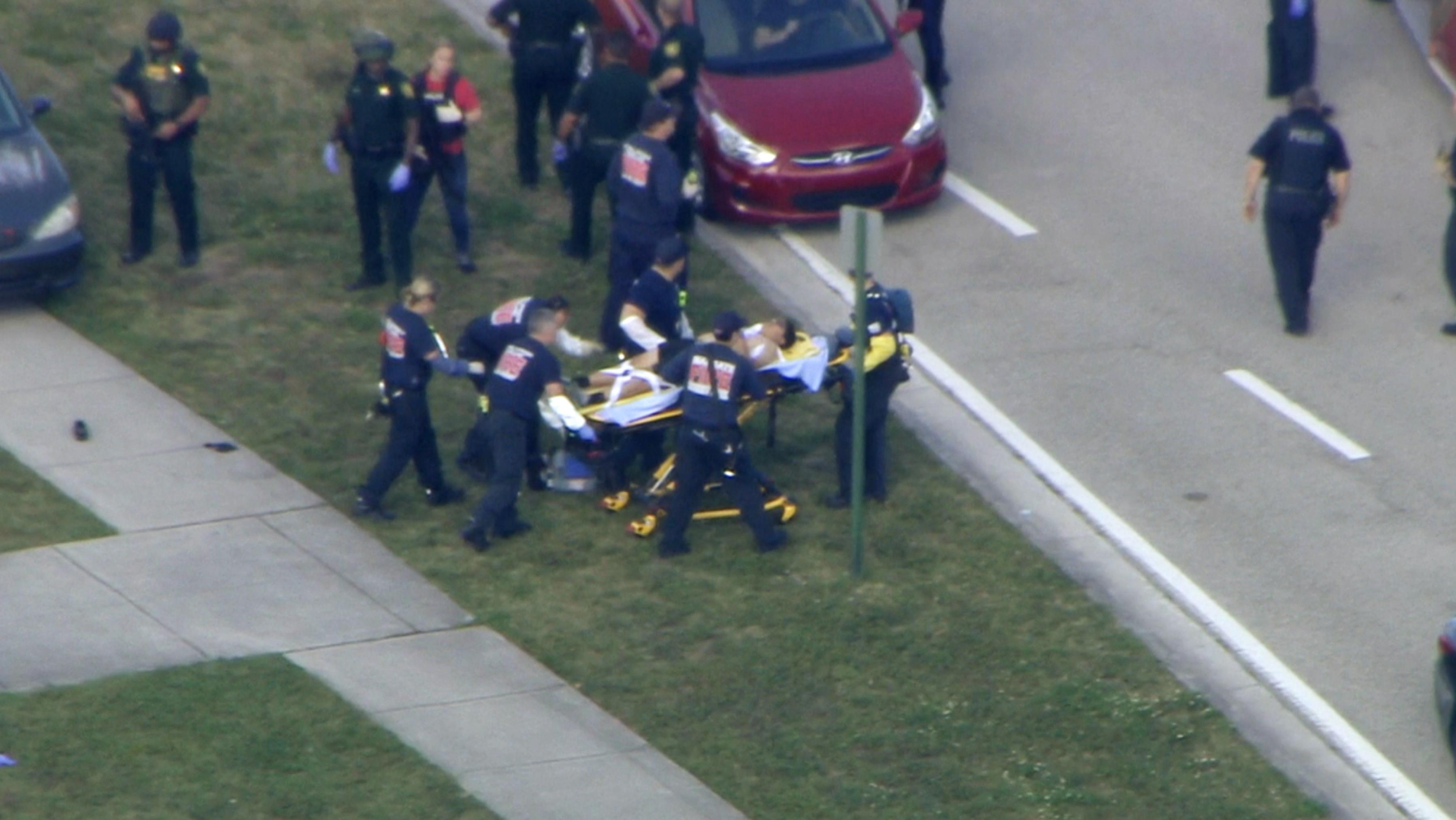 佛州一所高中於14日下午傳出槍響。圖為傷者被送往醫院。美聯社